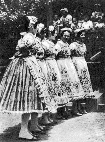 Kalocsa vidéki viselet. Selyemszoknyás lányok hímzett pruszlikban 0bbb96b228