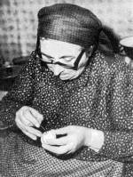 Húsvéti tojást festő asszony (Bognár Jánosné, Zengővárkony, Baranya m.)