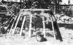 Fazekaskemence építése. A sárral tapasztott fal megerősítése deszkával és dróttal (Nyírbátor, Szabolcs-Szatmár m.)