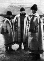 Szűrbe öltözött három férfi (Mezőkövesd, Borsod-Abaúj-Zemplén m., 1940 k.)