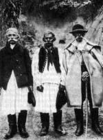 Három férfi, egyikük szűrbe öltözve (Báta, Tolna m., 1910)