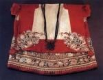 Posztórátéttel és gyapjúfonállal varrt hímzéssel díszített cifraszűr és részlete (Somogy m., 19. sz. második fele) Bp. Néprajzi Múzeum