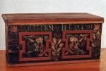 Menyasszonyi láda. Felirata: Barai Erzsébet, 1780 (Komáromi készítés, Szeremle, Bács-Kiskun m.) Mind: Bp. Néprajzi Múzeum