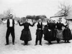 25. Menyasszonyfektető gyertyás tánc, Érsekvadkert (Nógrád megye). Gönyey (Ébner) Sándor felvétele, 1936 (Néprajzi Múzeum, Budapest)
