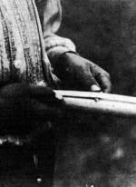 56. Kukoricahegedű-készítés, Nagydobrony (Ung megye). Dincsér Oszkár felvétele, 1939 (Néprajzi Múzeum, Budapest)