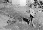 57. Kisfiú bakszekérrel, Szokolya (Hont megye). Gönyey (Ébner) Sándor felvétele, 1937 (Néprajzi Múzeum, Budapest)