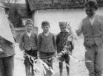 58. Sárkányeregető gyerekek, Kocs (Komárom megye). Fél Edit felvétele, 1939 (Néprajzi Múzeum, Budapest)
