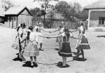 60. Kislányok vasárnap délutáni játéka, Komáromszentpéter (Komárom megye). Manga János felvétele, 1941 (NKCS Archívuma)