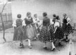 61. Kifordulós táncjáték, Kazár (Nógrád megye). Gönyey (Ébner) Sándor felvétele, 1936 (Néprajzi Múzeum, Budapest)