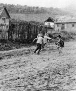 77. Labdázó cigánygyerekek. Regdon Dezsőné felvétele, 1986 (NKCs Archívuma)