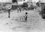 78. Játszó cigánygyerekek. Regdon Dezsőné felvétele, 1986 (NKCs Archívuma)