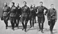 Ostenburg-Moravek Gyula (balról a második) tisztek egy csoportjával